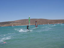 冲浪在地中海海岸 免版税库存照片