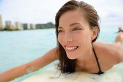 冲浪在威基基海滩夏威夷的冲浪者女孩 免版税库存照片