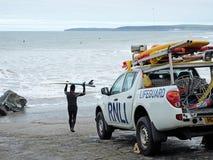 冲浪在安全监督下 库存照片