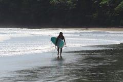 冲浪在尼加拉瓜的年轻女人 库存图片