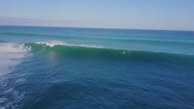 冲浪在巨大的白色泡沫似的波浪在蓝色绿松石海洋水中在4k空中海景寄生虫视图的晴朗的夏日 影视素材