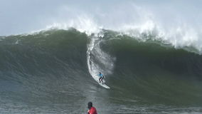 冲浪在持异议者比赛的大波浪 影视素材