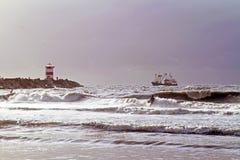 冲浪在日落的冲浪者在斯海弗宁恩荷兰 库存照片