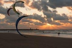 冲浪在日落的风筝在荷兰海滩 图库摄影