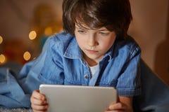 冲浪在有剪贴板的互联网的殷勤孩子 免版税库存照片