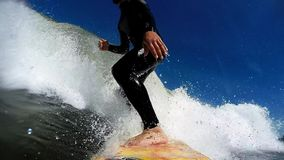 冲浪在波浪 影视素材