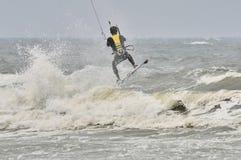 冲浪在浪花的风筝。 免版税库存图片