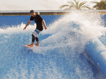 冲浪在海浪竞技场 免版税库存照片