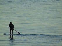冲浪在海的人实践的桨 库存图片