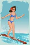 冲浪在海的减速火箭的妇女 免版税库存图片