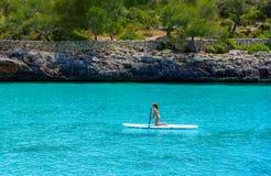 冲浪在海的少女在马略卡 库存图片