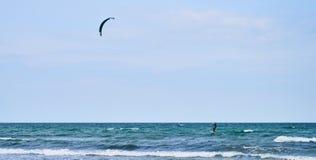 冲浪在海的风筝 免版税库存照片