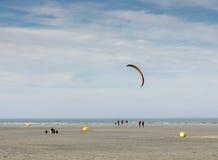 冲浪在海滩的风筝 库存照片