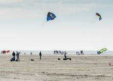 冲浪在荷兰的人风筝 免版税库存图片