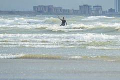冲浪在荷兰的风雨如磐的海的风筝 免版税图库摄影