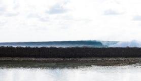 冲浪在马尔代夫 波浪打破 免版税库存图片