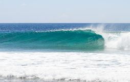 冲浪在马尔代夫 波浪打破 库存图片