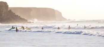 冲浪在El Cotillo的冲浪者靠岸,费埃特文图拉岛,加那利群岛,西班牙 免版税库存照片