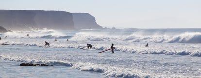冲浪在El Cotillo的冲浪者靠岸,费埃特文图拉岛,加那利群岛,西班牙 库存图片