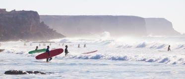 冲浪在El Cotillo的冲浪者靠岸,费埃特文图拉岛,加那利群岛,西班牙 库存照片