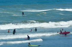 冲浪在Muriwai海滩-新西兰 免版税库存照片