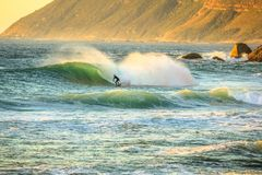 冲浪在Noordhoek海滩 免版税库存照片