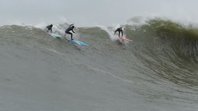 冲浪持异议者加利福尼亚的大波浪冲浪者 股票录像