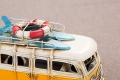 冲浪板和抢救圆环在汽车 库存照片