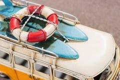 冲浪板和抢救圆环在汽车 库存图片