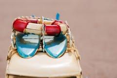冲浪板和抢救圆环在汽车 免版税库存照片