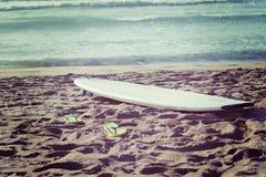 冲浪板和触发器在沙子 免版税库存照片