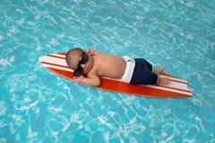 冲浪板的新出生的男婴 免版税库存照片