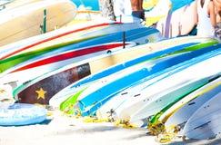 冲浪板行在沙滩排队了在夏威夷 免版税库存图片