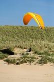冲浪横跨沙丘的风 库存图片