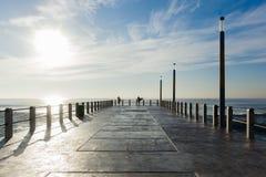 冲浪的冲浪者海洋码头跃迁 免版税库存照片