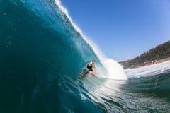 冲浪的冲浪者空心蓝色海浪 库存图片
