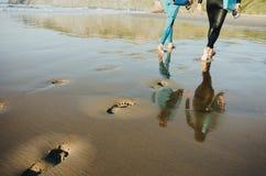 冲浪的夫妇生活方式概念 免版税库存图片