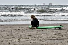 冲浪的小女孩 免版税库存图片