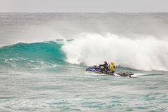 冲浪的巡逻日落海滩夏威夷 库存照片