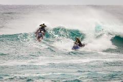 冲浪的巡逻日落海滩夏威夷 免版税库存图片