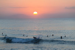 冲浪的日出风景 免版税库存照片