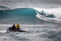 冲浪的日落海滩夏威夷 库存图片