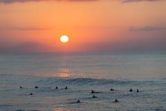 冲浪的海洋日出风景 库存照片