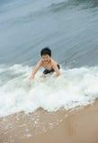 冲浪的男孩 免版税库存照片