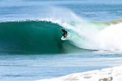 冲浪的管乘驾波浪 免版税图库摄影