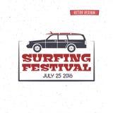冲浪的节日标签 葡萄酒冲浪的徽章和设计元素 与冲浪板的减速火箭的海浪汽车和印刷术元素 免版税库存照片