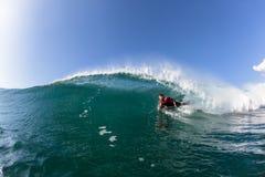 冲浪的身体房客管乘驾波浪水 库存图片