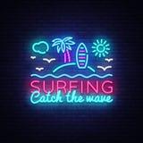 冲浪的霓虹灯广告设计模板 冲浪抓住波浪口号霓虹象征,点燃横幅 夏天构思设计 免版税图库摄影