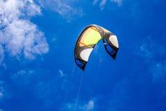冲浪的飞行的风筝在天空中 免版税库存照片