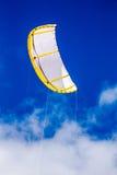 冲浪的飞行的风筝在天空中 免版税库存图片